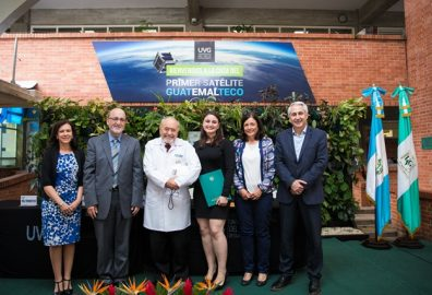 Entrega de beca a la Excelencia Dr. Carlos  Paiz Andrade